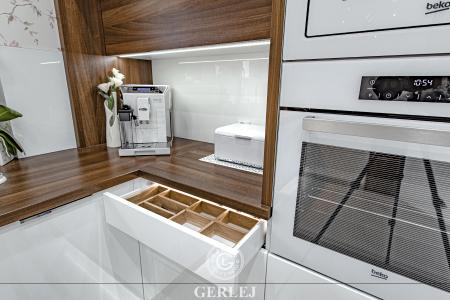 kuchnie-nowoczesne-biale-z-drewnem