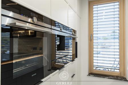 Kuchnia-z-wyspa-i-oknem