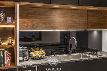 nowoczesne-kuchnie-czarne-z-drewnem