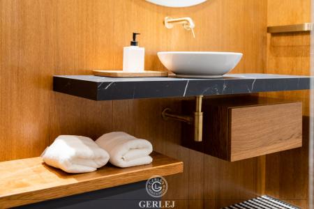 szafka-pod-umywalke-z-drewnianym-blatem