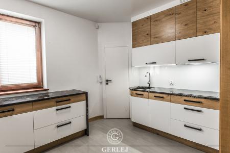 kuchnia-biala-z-drewnem