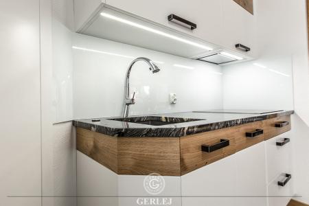 kuchnia-nowoczesna-biala-z-drewnem