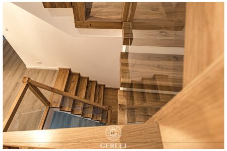 Schody-drewniane-z-szyba