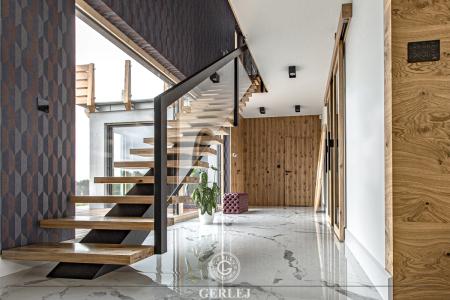 Schody-drewniane-ze-szklana-balustrada