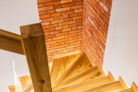 schody-w-bialymi-podstopniami
