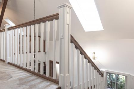 schody-z-biala-balustrada