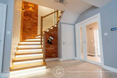 schody-z-bialymi-podstopniami