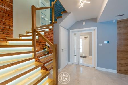 schody-z-debowymi-stopniami