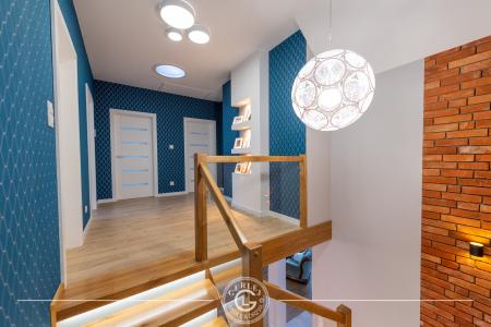 schody-z-drewniana-balustrada
