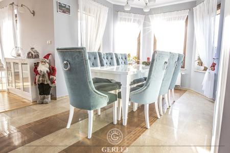 bialy-stol-z-krzeslami